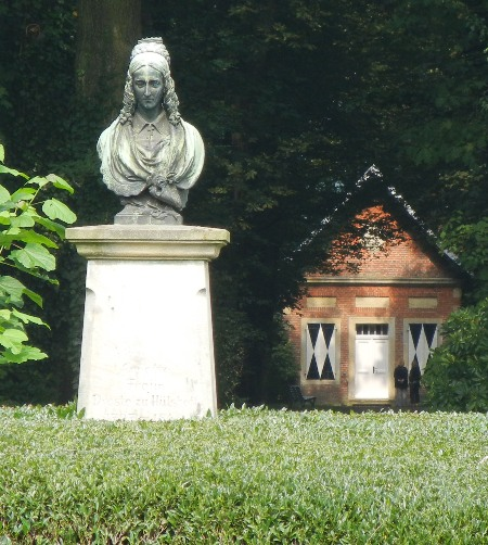 Dichterdenkmal für Annette von Droste-Hülshoff bei Burg Hülshoff